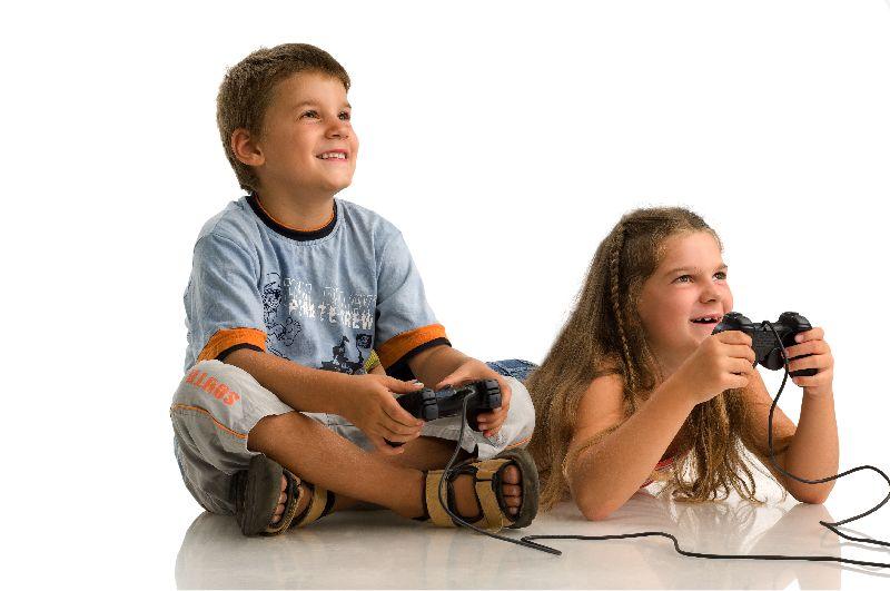Zwei Kinder liegen nebeneinander am Boden, jeder hält einen Controller in der Hand