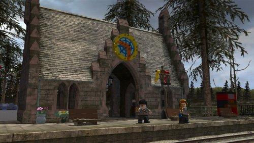 Harry und Ron stehen vor der Zauberschule.