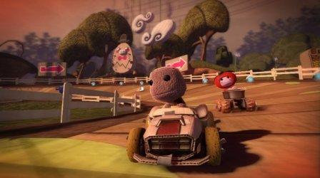 Spielfiguren fahren ein Rennen.