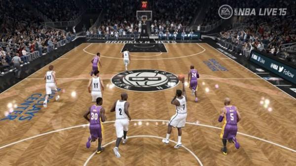 Screenshot vom Spielgeschehen; ein Spielcharakter wirft gerade den Basketball in Richtung des gegnerischen Korbes