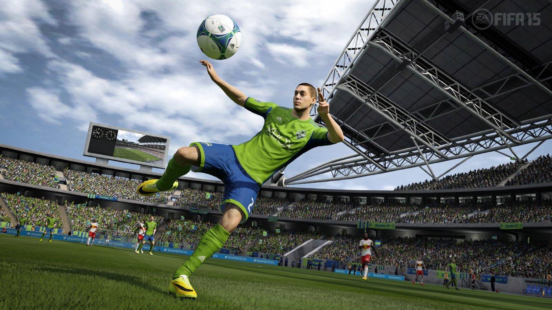 Ein Spieler in grünem Dress befindet sich konzentriert kurz vor dem Schuss