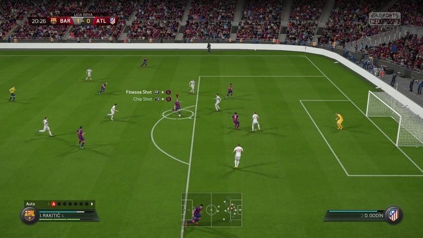Screenshot: Ein Stürmer des FC Bacelona schießt von der Strafraumgrenze aufs Tor