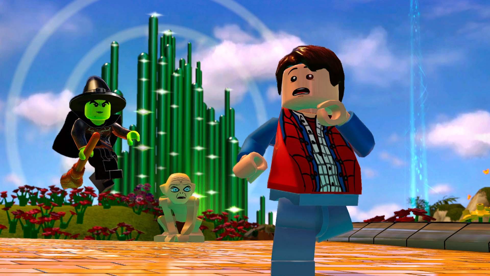 Screenshot: eine LEGO-Figur (McFly) flieht vor einer grünen Hexe auf einem Besen und Gollum