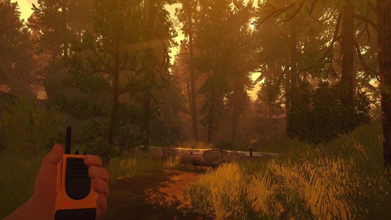 Screenshot: Spielfigur geht mit einem Walkie-Talkie durch den Wald bei Sonnenuntergang.