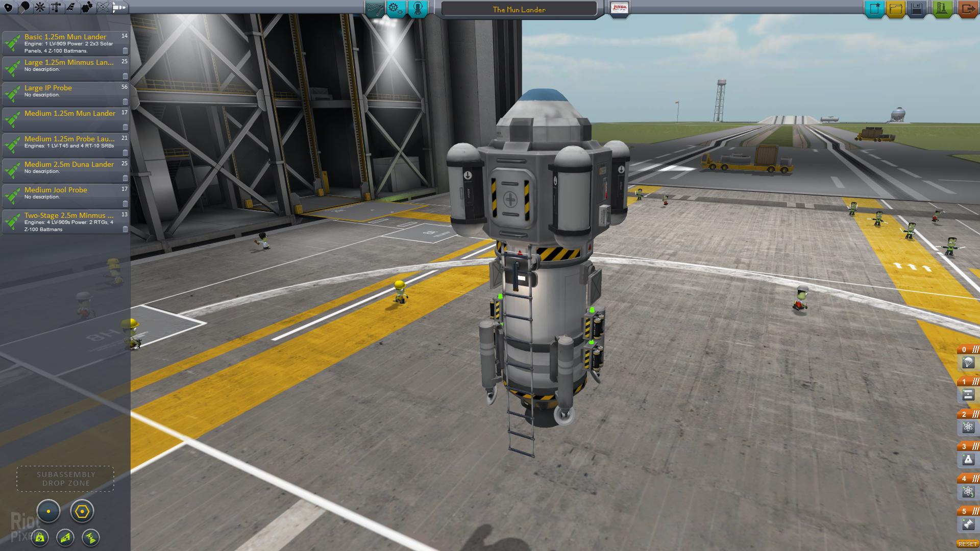 Raketenhangar mit einer unfertigen Rakete, die gerade zusammengebaut wird