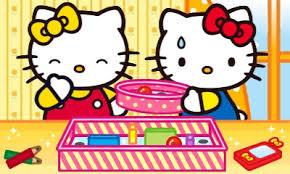 Zwei Hello Kitty Figuren vor einer Schachtel mit Malutensilien