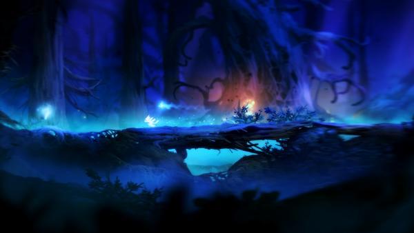Ori auf einem umgestürzten Baum in einem bläulichen Zauberwald.