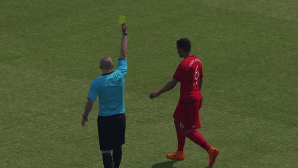 Screenshot: zeigt wie ein Spieler vom Schiedsrichter mit einer Gelben Karte bestraft wird.