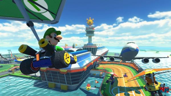 Luigi segelt in seinem Fahrzeug auf eine Fluglandebahn herab.