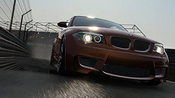 Screenshot: BMW fährt eine Straße entlang