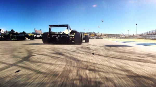 Mehrere Formel 1 Autos fahren gegeneinander
