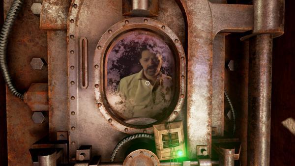 Screenshot: Ein bärtiger Mann schaut durch das Fenster einer gepanzerten Tür.