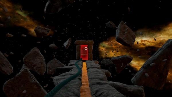 Screenshot: Eine Steintür steht am Ende einer steinernen Plattform, in deren Mitte ein Kanal mit einer goldgelben Flüssigkeit liegt. Rundherum schweben Steinbrocken im Weltall und es sind entfernte Sterne, Galaxien und Gaswolken zu sehen.