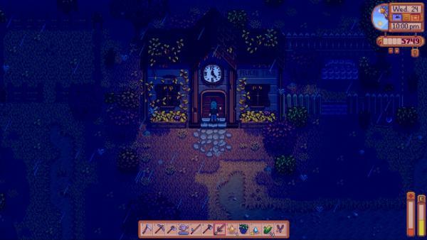 Screenshot: Der Hauptcharakter in einer stürmischen Nacht, vor einem verwachsenen Haus.