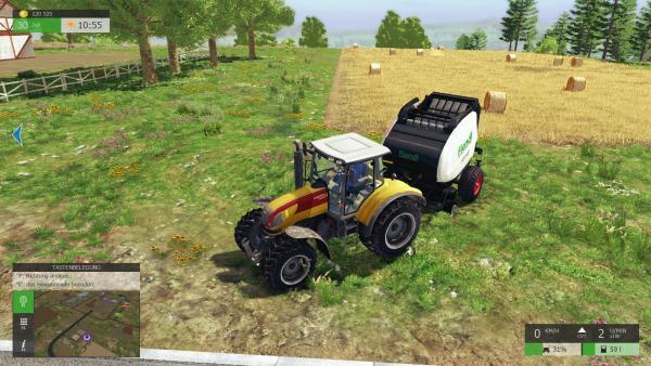 Screenshot: Ein Traktor mit Ballenpresse vor einem Feld auf dem Heuballen liegen.