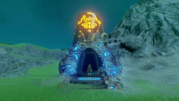 Screenshot: Ein Tempeleingang der mit leuchtenden Schriftzeichen verziert ist.