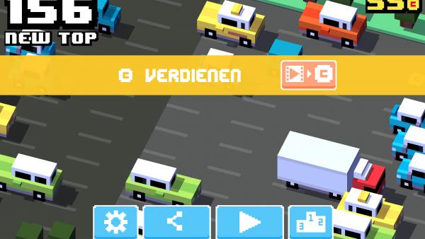 Screenshot: Eine zwölfspurige Straße. Davor ist ein Spielmenü, mit der Möglichkeit sich Münzen im Spiel durch das Ansehen von Werbung zu verdienen, eingeblendet.