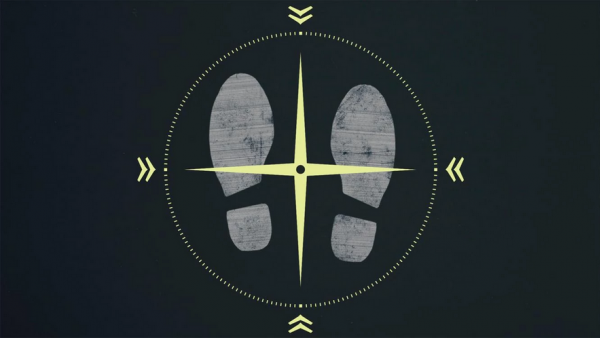 Screenshot: Zwei Schuhabdrücke auf dunklem Hintergrund, darüber sind gekreuzte Kompassnadeln als Navigationshilfe eingeblendet.