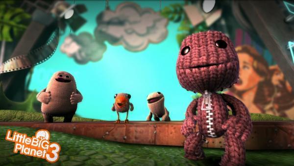 Spielfiguren stehen in einem Wald aus Pappe