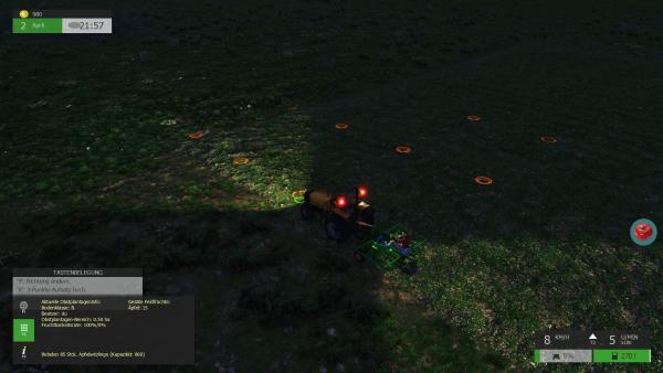Screenshot: Der Bauer und ein Arbeiter auf einem Traktor beim nächtlichen Anpflanzen von Apfelbäumen.