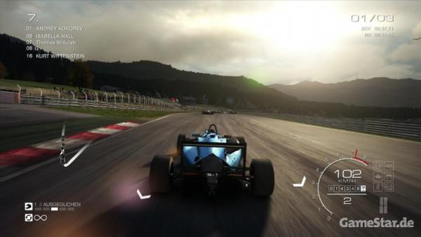 Formel 1 Wagen flitzt über eine Strecke