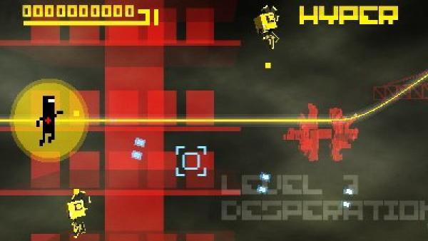 Eine Spielfigur vor schwarzem Hintergrund mit bunten Elementen.