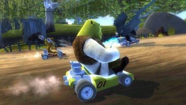 Shrek auf seinem Rennwagen.