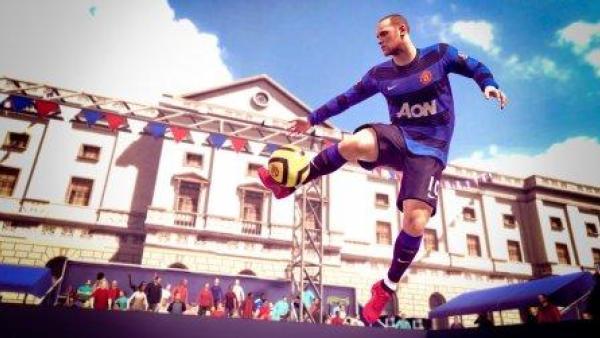 Ein Fußballer kickt den Ball in der Luft.