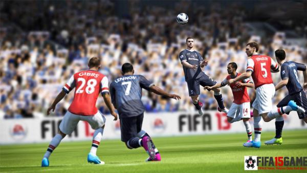 Ein Spieler kurz vor der Kopfballannahme, umrundet von Mitspielern und Gegnern
