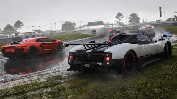 Screenshot: Autos im Regen am Fahrbahnrand