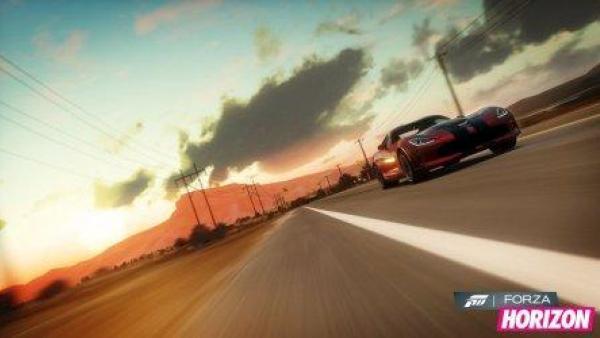 Ein Rennwagen auf der Straße, im Hintergrund ein Sonnenuntergang.