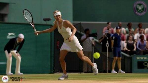 Eine Tennisspielerin holt zum Schlag aus.