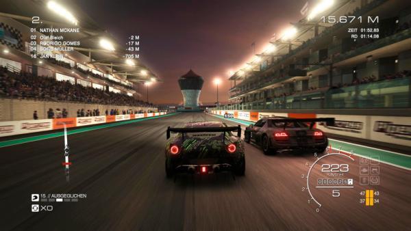 Nächtliches Rennen zwischen zwei Autos