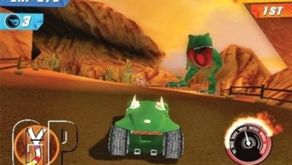 Rennwagen in einer Wüstenszene
