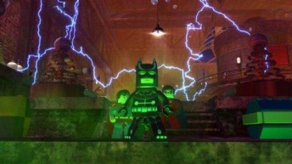 Batman wird von unten grün beleuchtet.