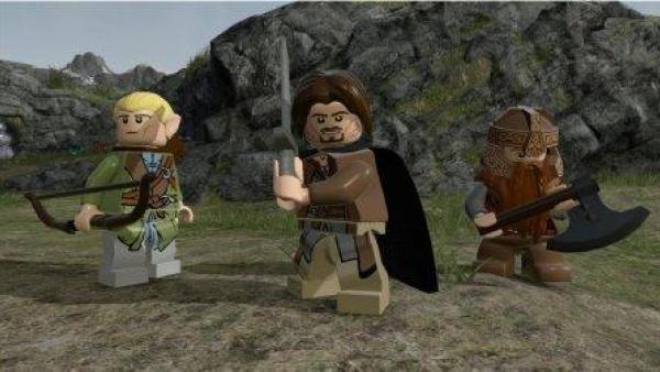 Drei Spielfiguren mit ihren Waffen.