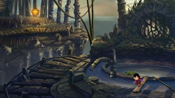 Ein kleines Mädchen balanciert über ein Holzbrett. Daneben befindet sich ein hölzener Weg und ein künstlich angelegter Teich.