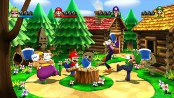 Die Spielfiguren hacken mit Äxten in einen Baumstamm.