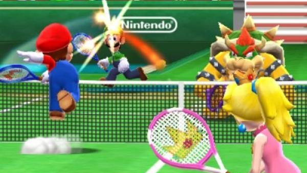 Mario schmettert einen Ball über das Netz.