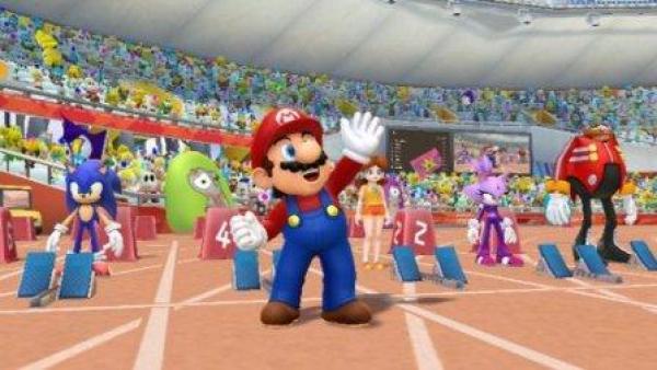 Mario winkt auf der Laufbahn in die Menge.