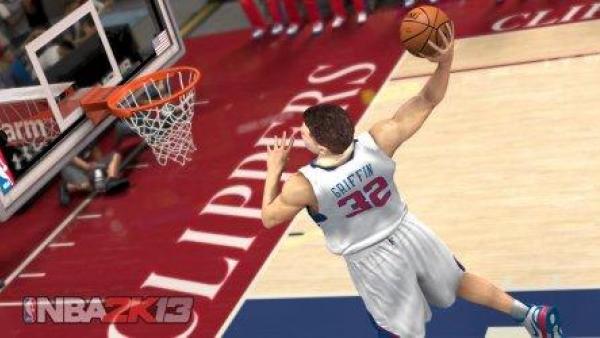 Ein Basketballspieler im Sprung.