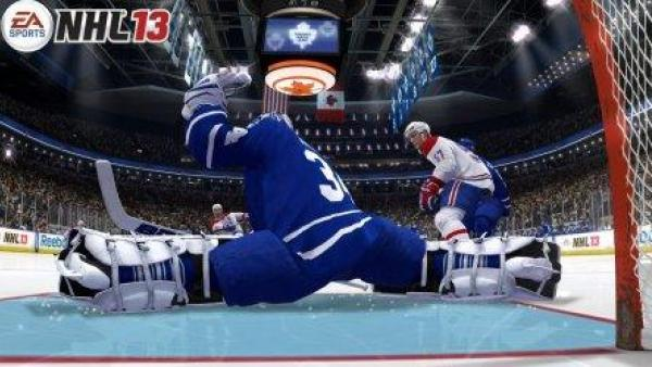 Ein Eishockey-Torwart stoppt einen Puck.