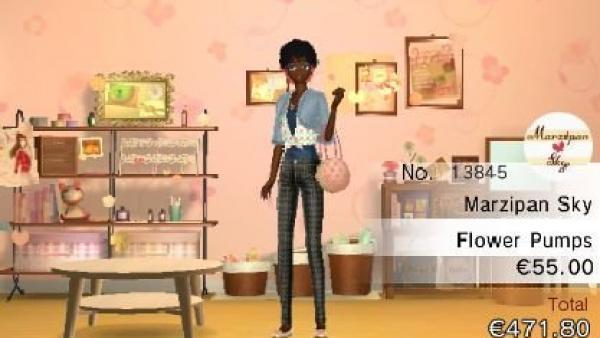 Eine junge Frau steht in einer Boutique.