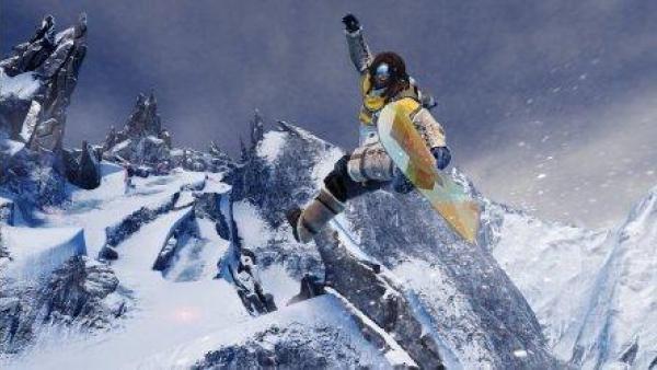 Ein Snowboarder springt über eine Klippe.