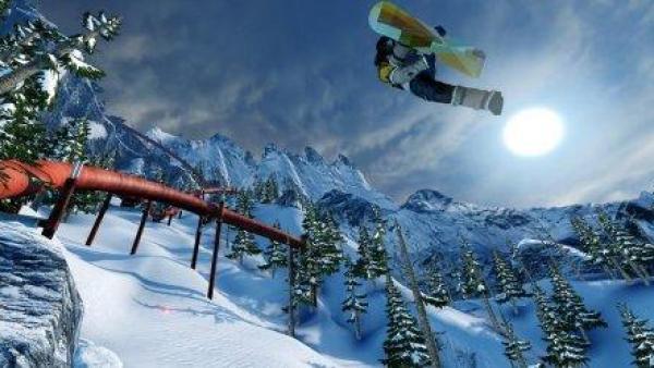 Ein Snowboarder springt im Mondlicht.