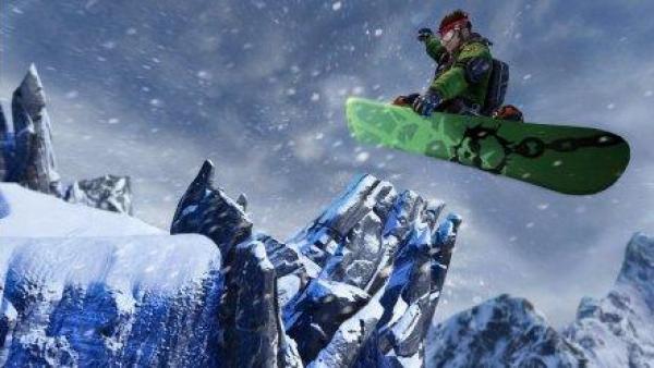 Ein Snowboarder springt ins Schneetreiben.