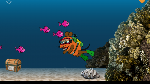 Screenshot: Ausschnitt aus dem interaktiven Hauptmenü. Die Maus taucht gerade bei einem Korallenriff, auf der linken Seite liegt eine Schatztruhe am Meeresgrund.