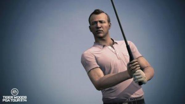 Ein Golfspieler schwingt seinen Schläger.