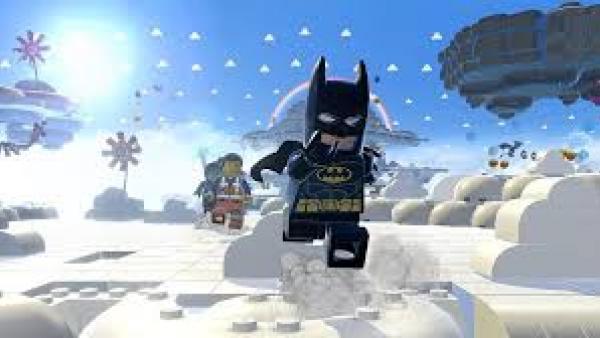 LEGO-Batman läuft durch eine Schneelandschaft.