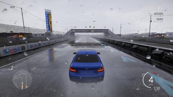 Screenshot: Ein BMW fährt auf einer Geraden durch den Regen